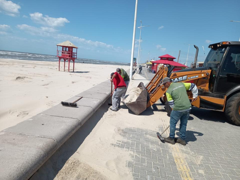 SMLU segue removendo excesso de areia da beira-mar