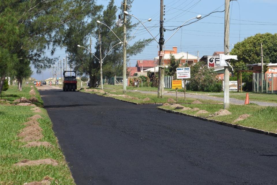 Avenida Brasil começa a receber asfalto novo