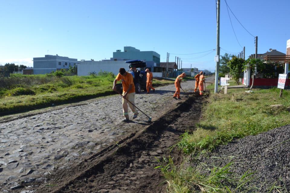 Serviços de capina e roçada estão atuando no Centro