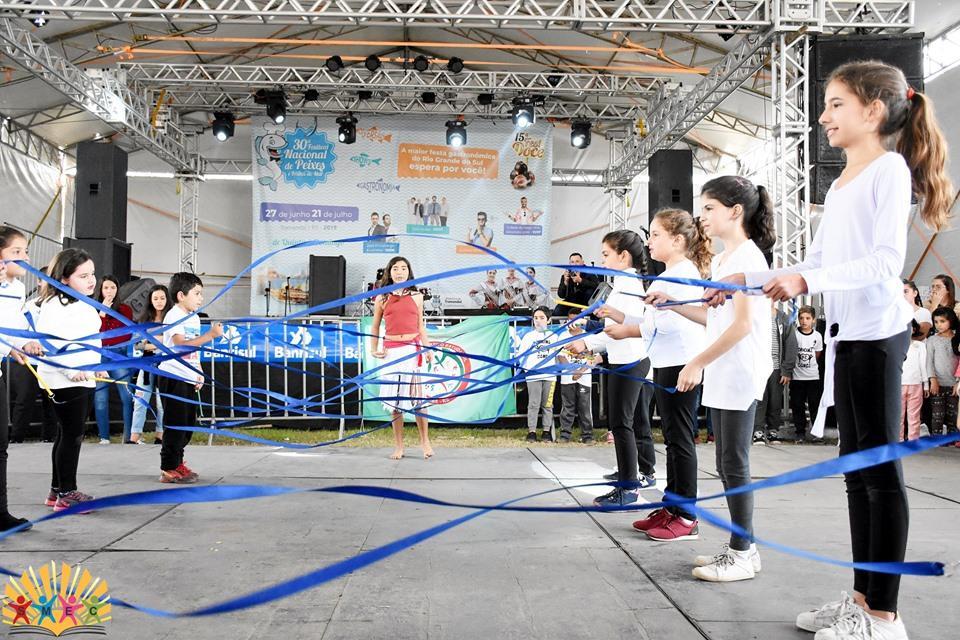 Alunos de dança do Centro Esportivo fazem apresentação no 30º Festival de Peixes e Frutos do Mar