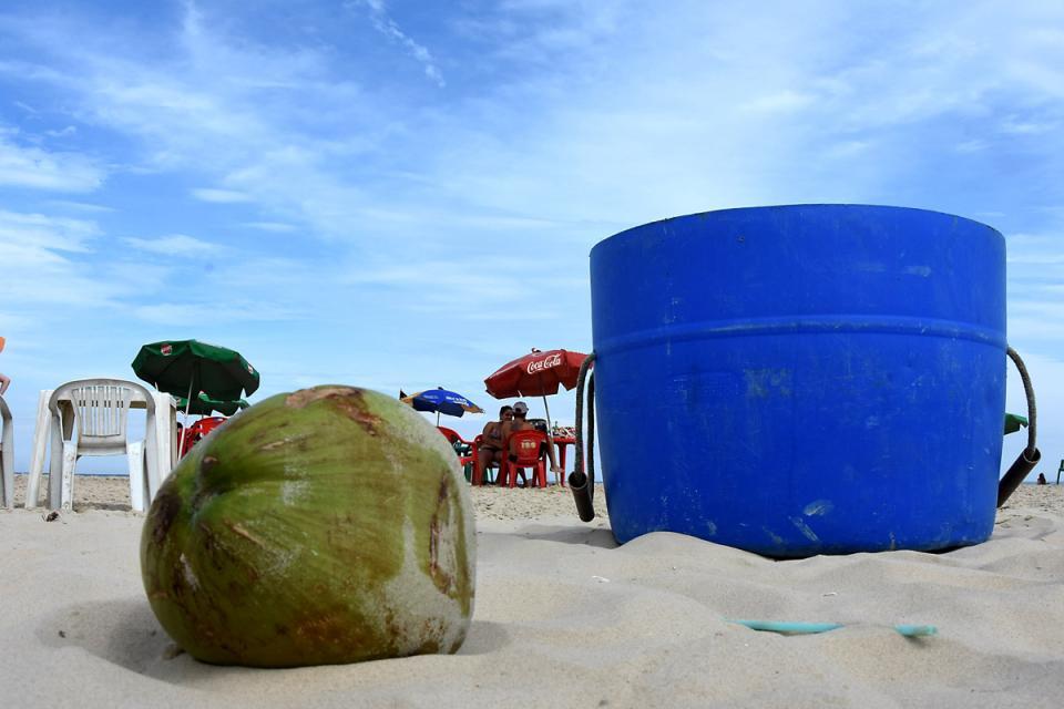 Do coco ao vidro: SMLU recolhe mais de três toneladas de lixo por dia na faixa de praia