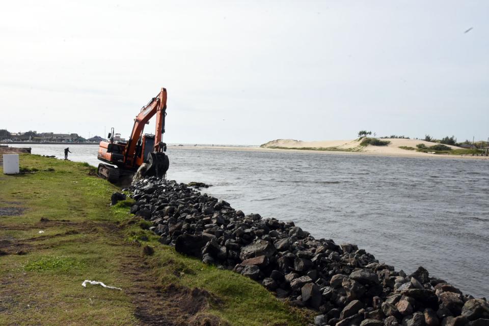 Iniciada nova etapa das obras de recuperação da margem do Rio Tramandaí em Imbé