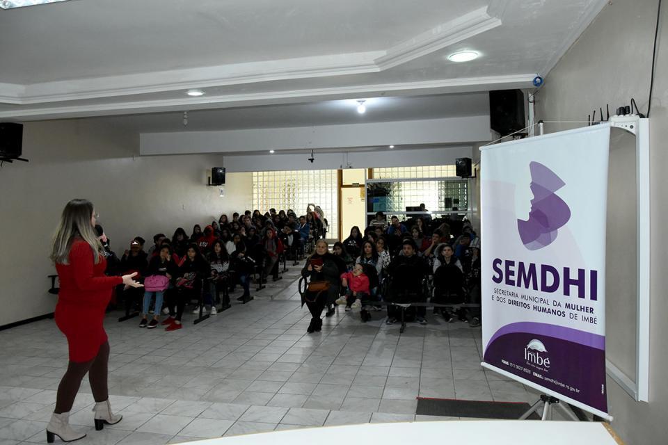 13 Anos da Lei Maria da Penha: alunos da EEEM Reinaldo Vaccari participaram de palestra