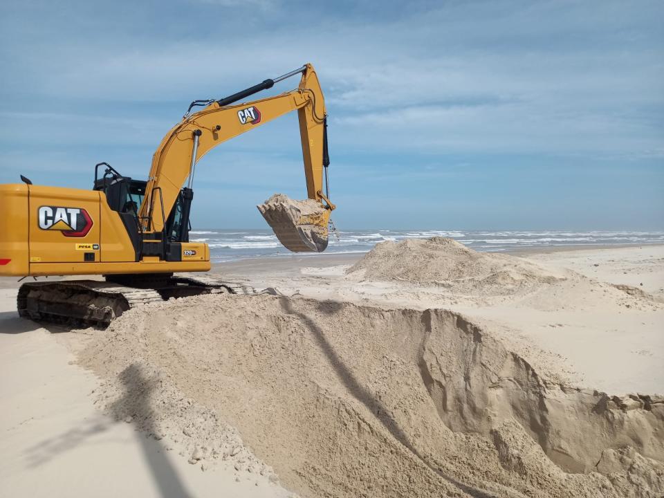 SMLU realiza nivelamento e remoção de areia do calçadão