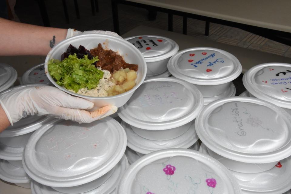 EMEF Olavo Bilac distribuiu marmitas para famílias dos estudantes nesta sexta-feira